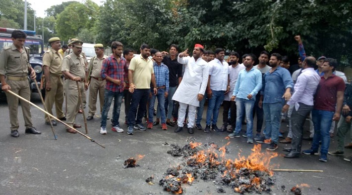 sp workers burnt effigy of pm modi and mp cm to opposing mandsaur incident in meerut