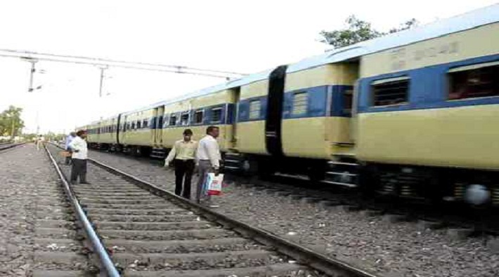robbers looted women coach delhi-moradabad passenger train in hapur