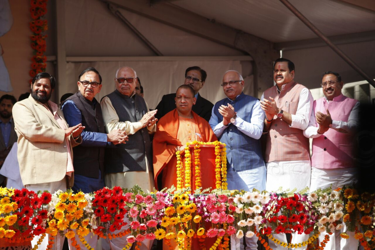 Chief Minister Yogi Adityanath unveiled the statue of Deendayal (51)