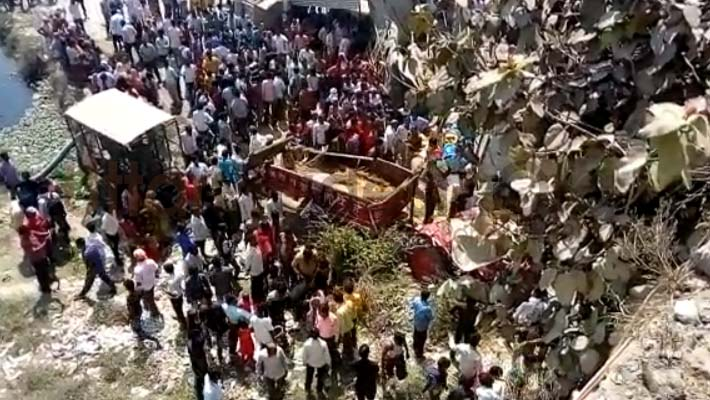 Tractor Trolley fall down from bridge in para lucknow man died many injured