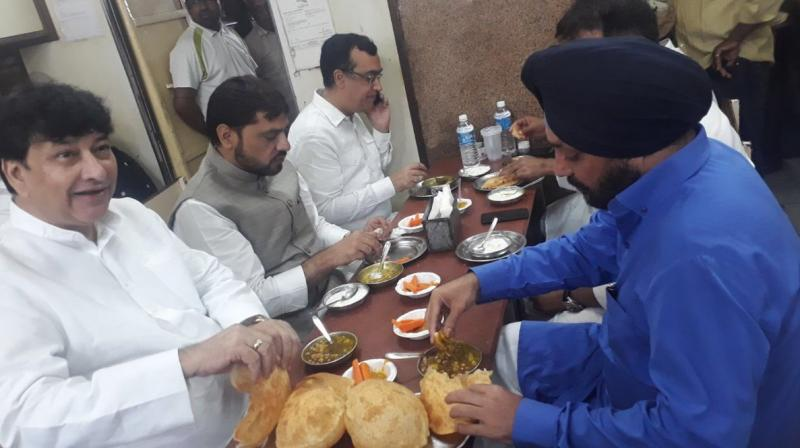 congress-leaders-breakfast-photo-viral-before-dalit-protest