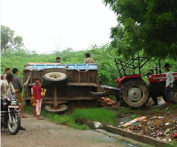 Bribery tractor trolley overturned in unnao no injuries